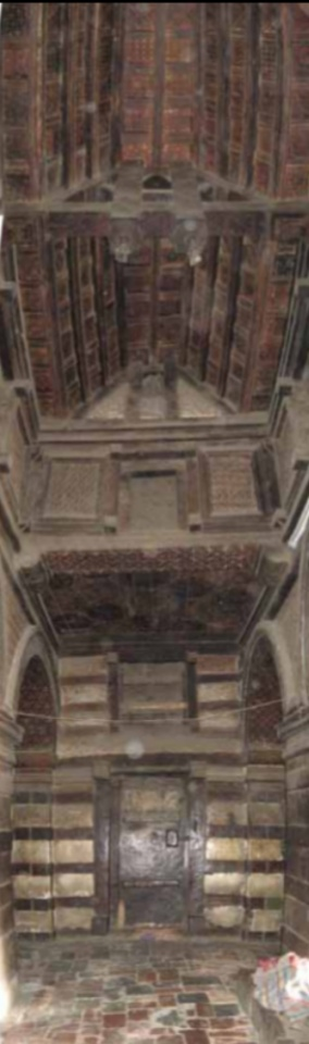"The nave clerestory windows,  opening onto the roof above the side aisles,  alternate with false windows. Above the  clerestory, a tie beam across the nave  carries a double kingpost, which supports  the saddle-back roof. The sanctuary walls  are decorated with a so-called ""Aksumite  frieze"" of false windows.  Image CHWB"